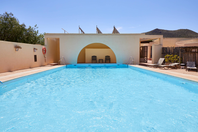 Piscina con arco del Hotel Cortijo El Sotillo en SanJose, Cabo de Gata, Nijar, Almeria, Andalucia