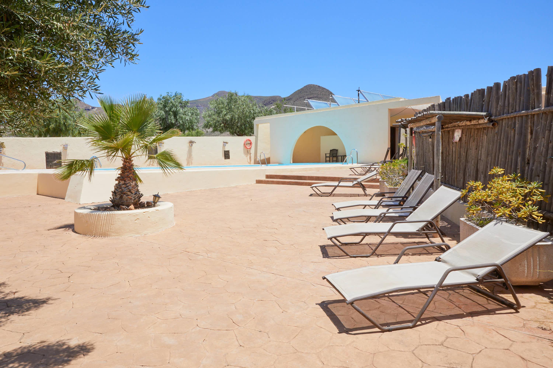 Piscina con hamacas del Hotel Cortijo El Sotillo en SanJose, Cabo de Gata, Nijar, Almeria, Andalucia