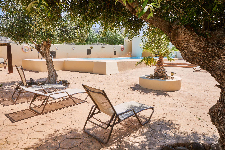 Piscina con arbol del Hotel Cortijo El Sotillo en SanJose, Cabo de Gata, Nijar, Almeria, Andalucia