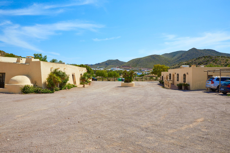 Camino de acceso al Hotel Cortijo El Sotillo en SanJose, Cabo de Gata, Nijar, Almeria, Andalucia