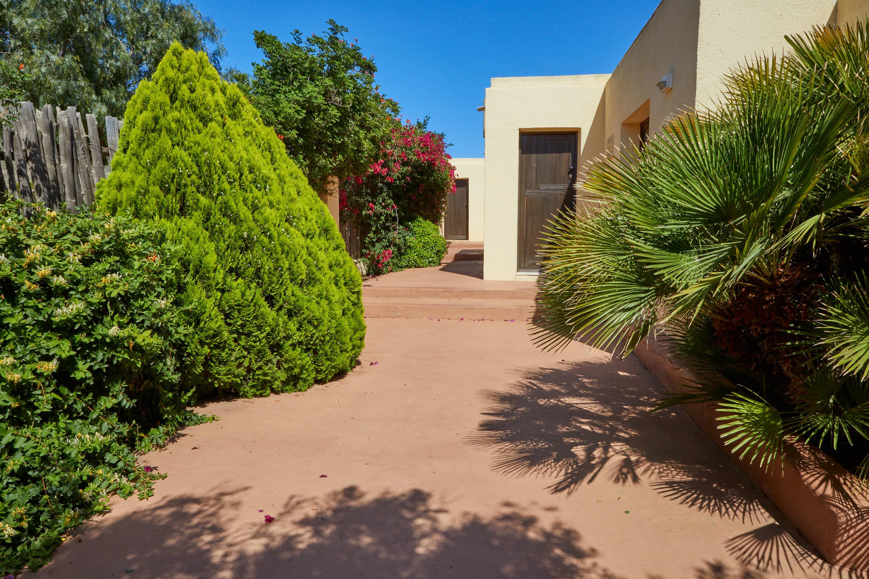 Pasillo con plantas del Hotel Cortijo El Sotillo en SanJose, Cabo de Gata, Nijar, Almeria, Andalucia