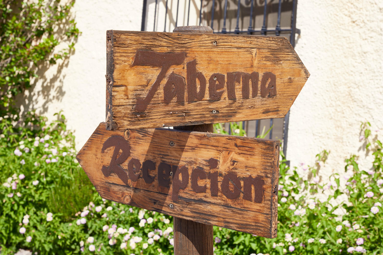Señales en el Hotel Cortijo El Sotillo en SanJose, Cabo de Gata, Nijar, Almeria, Andalucia