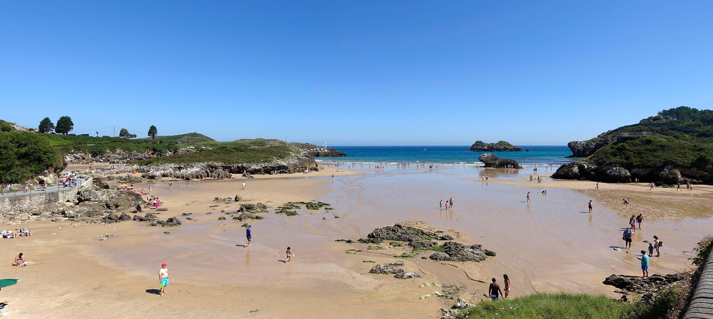 Vista desde el interior de Playa de Palombina en Llanes, Asturias