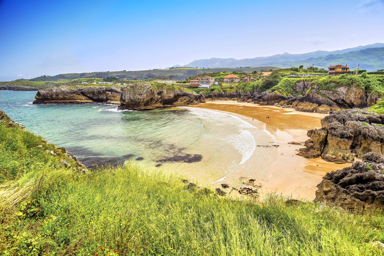 Playa de Puerto Chico en Llanes, Asturias
