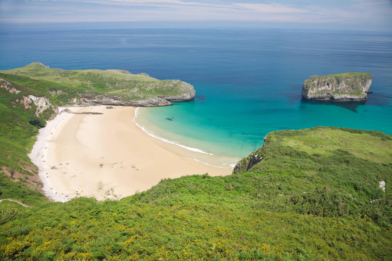 Vista superior de la Playa de Ballota en Llanes, Asturias