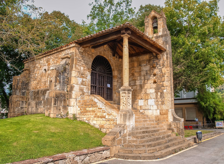Fachada con escalera de la Iglesia de Santa Cruz en Cangas de Onis, en cuyo interior se encuentra el Dolmen prehistorico