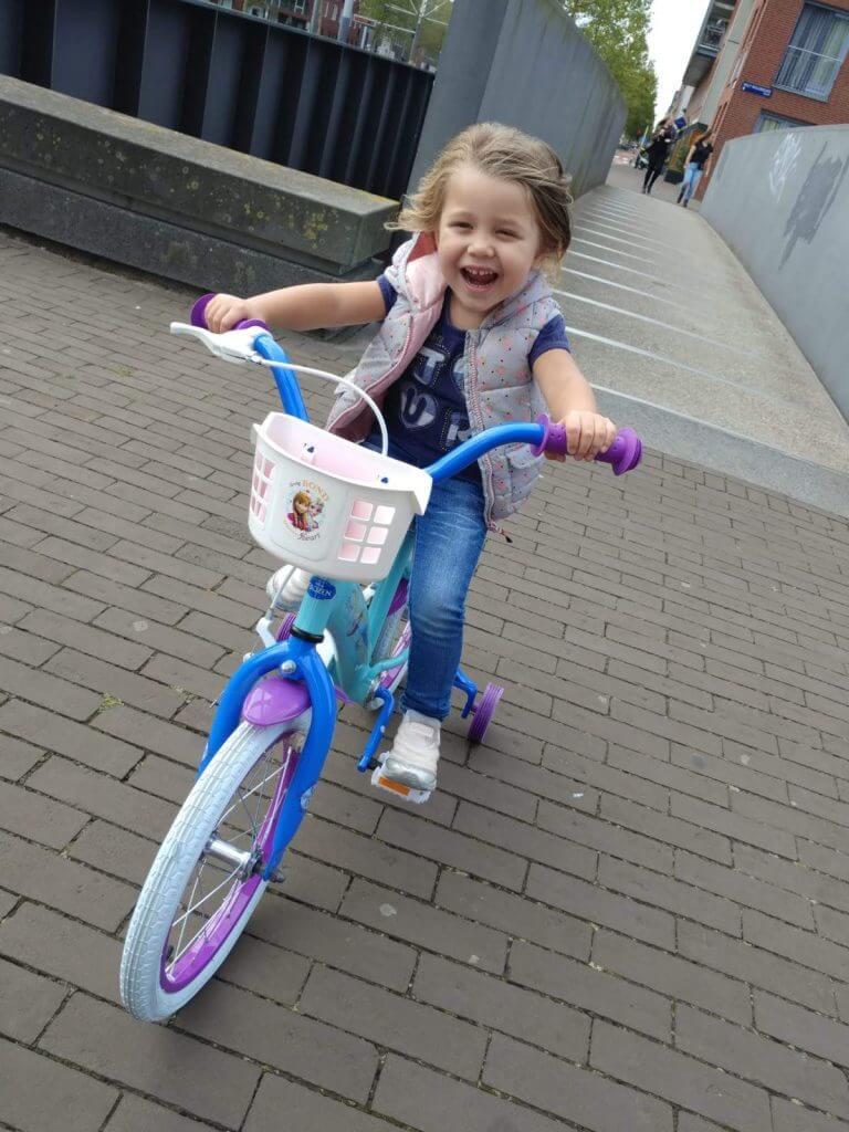 Criança andando de bicicleta