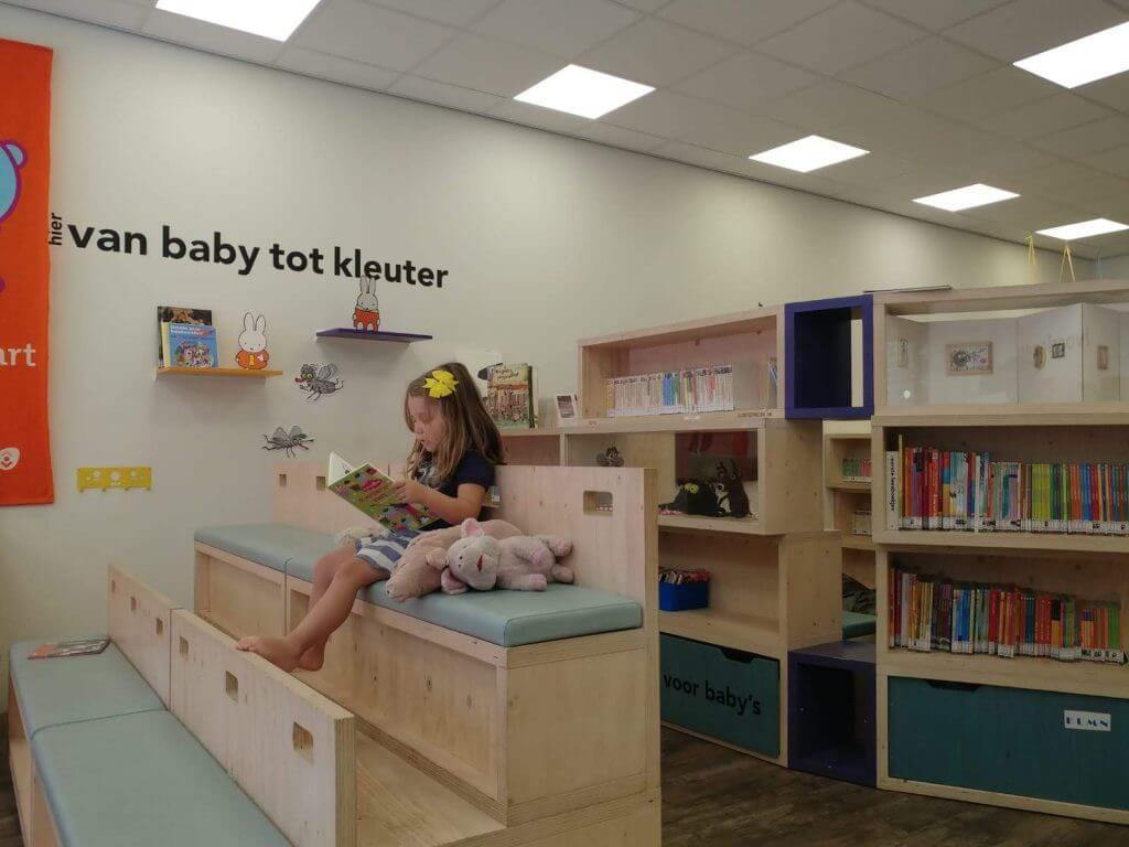 Criança lendo em biblioteca pública em Amsterdam