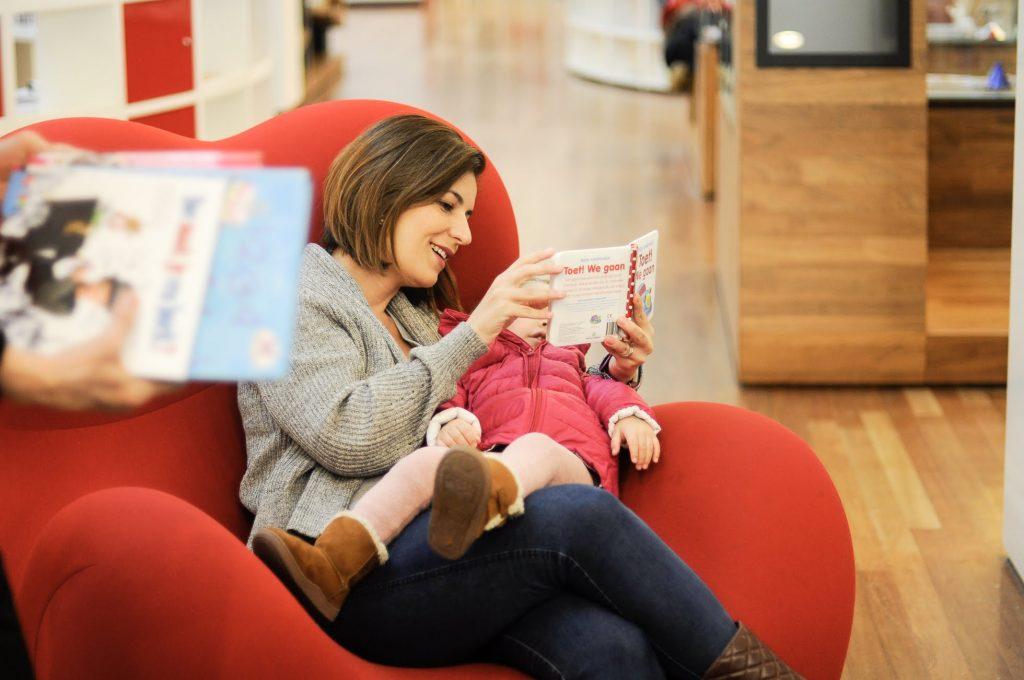 Mãe lendo livro para criança, The Brave New Life, Gisele Medeiros
