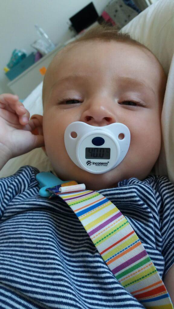 Bebê com chupeta-termômetro