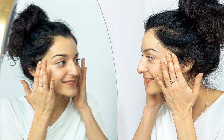 INDICA CBD-Hautpflege. Mädchen und Spiegel.