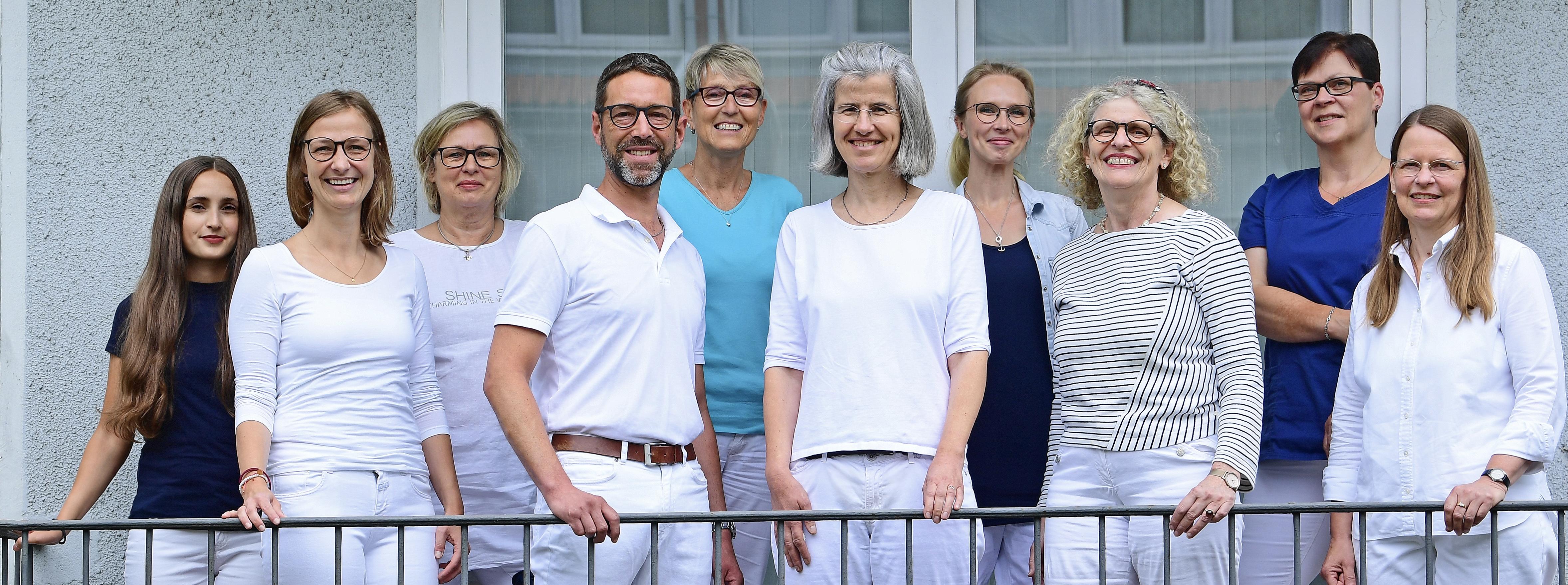 Das Team der Praxis Langenhorn lächelt in die Kamera - herzlich willkommen