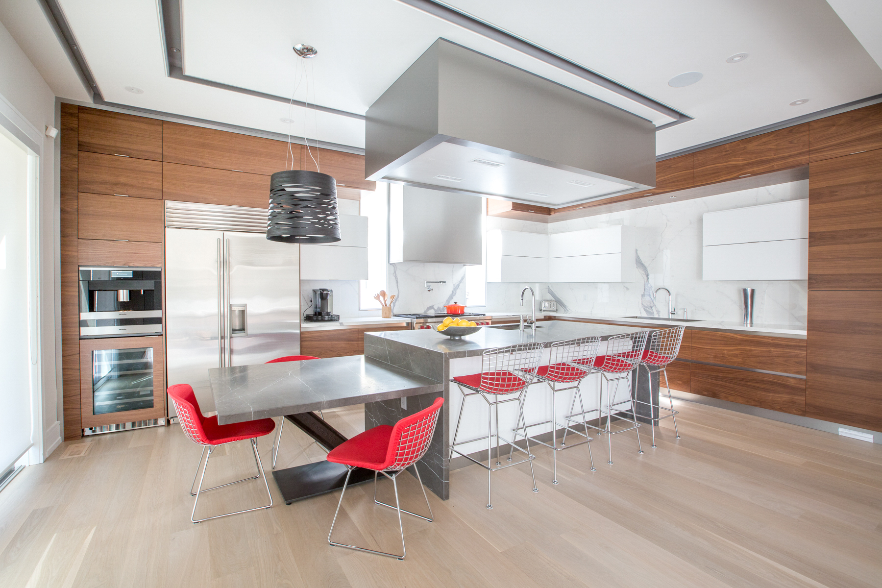 NIICO Kitchen Island with red bar stools