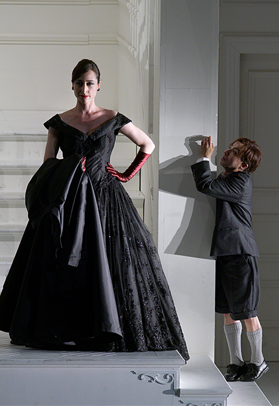 Lidia Vinyes Curtis acting with a man standing up in Rodelinda at Teatro Real