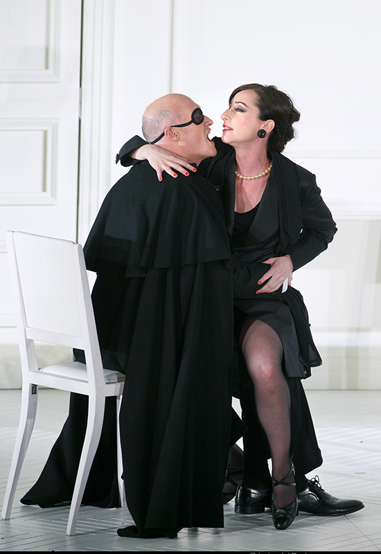 Lidia Vinyes Curtis acting with a man during Rodelinda at Teatro Real