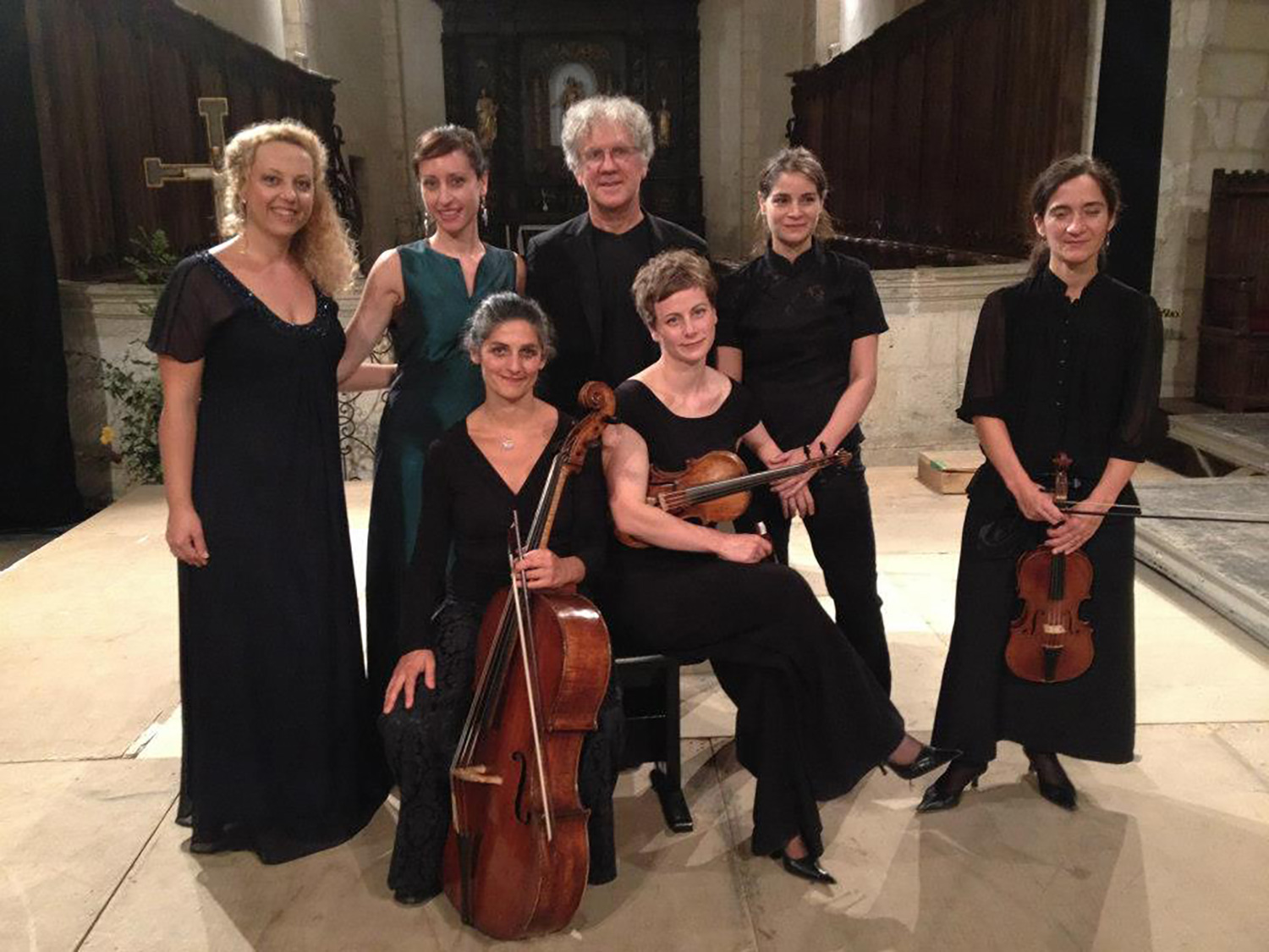 Lidia Vinyes Curtis posing with Martin Gester and musicians at Perigord festival