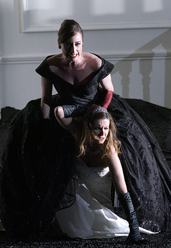 Lidia Vinyes Curtis fighting (acting) with a womanduring Rodelinda at Teatro Real