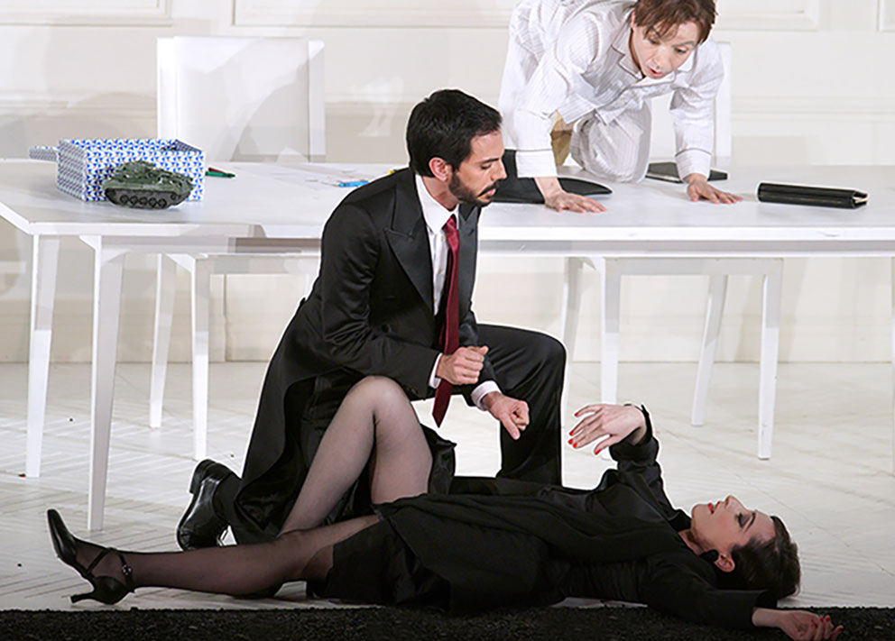 Lidia Vinyes Curtis on the ground acting with a man during Rodelinda at Teatro Real
