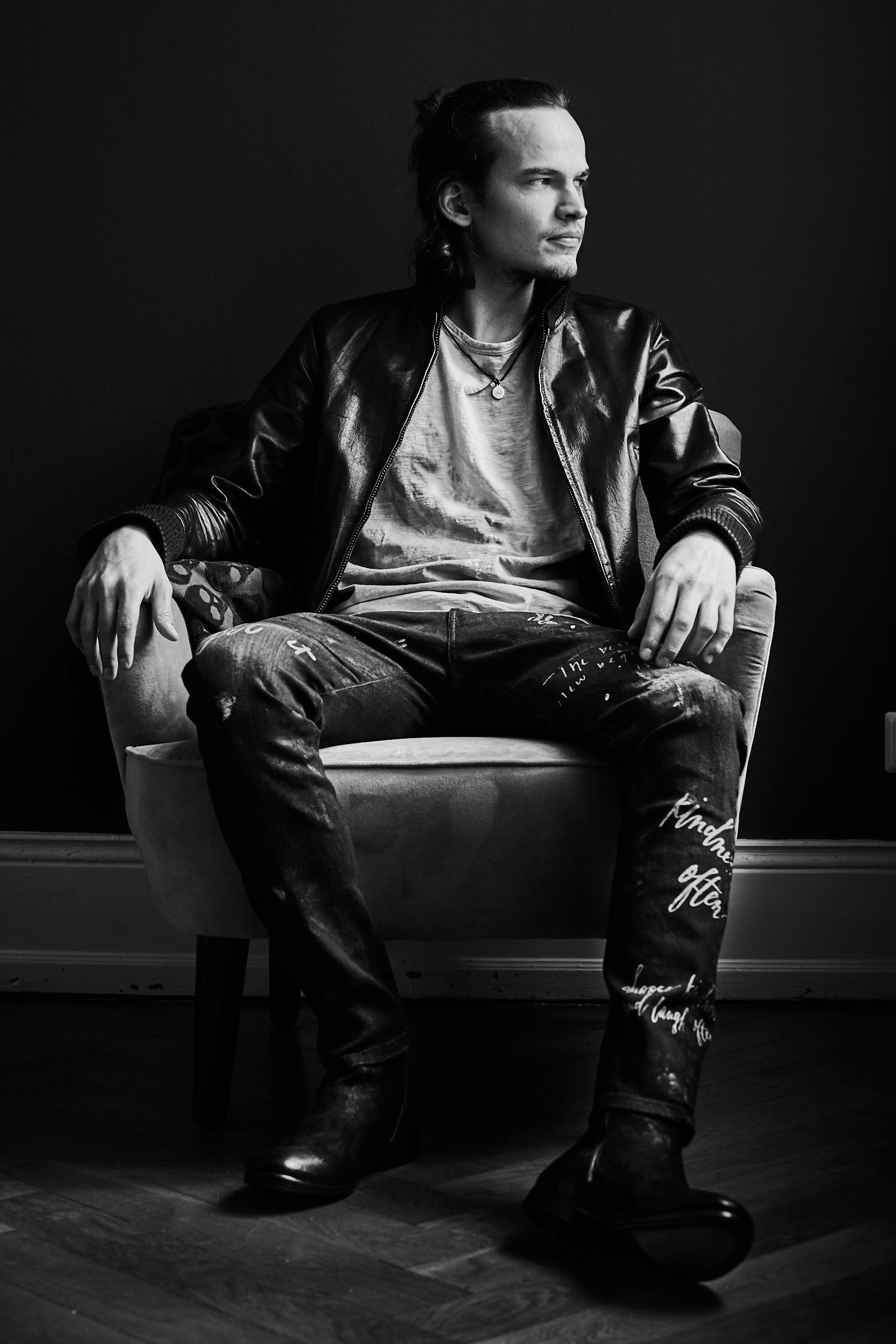 Young man in a leather jacket sitting on a chair, Philipp Burkart, young Photographer in Hamburg, Fashion shooting Natural Light