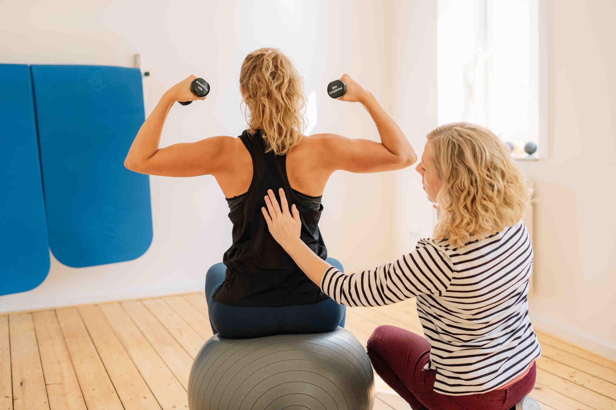 Funktionelles Training der Rückenmuskulatur mit Veronika Urban und Patientin