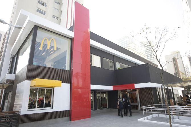 Fachada de loja Mc Donalds : Vermelho e amarelo, preto e moderno.
