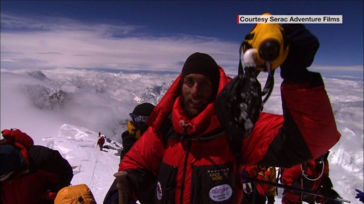 Erik Weihenmayer summits Everest