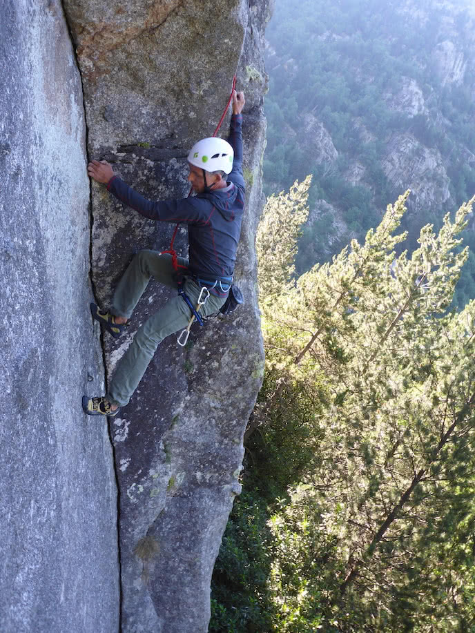 rock climber scales crack in france