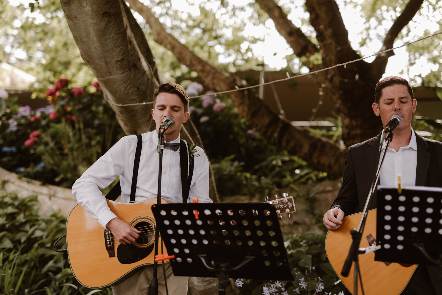 Acoustic live band playing the guests seamlessly into the reception.
