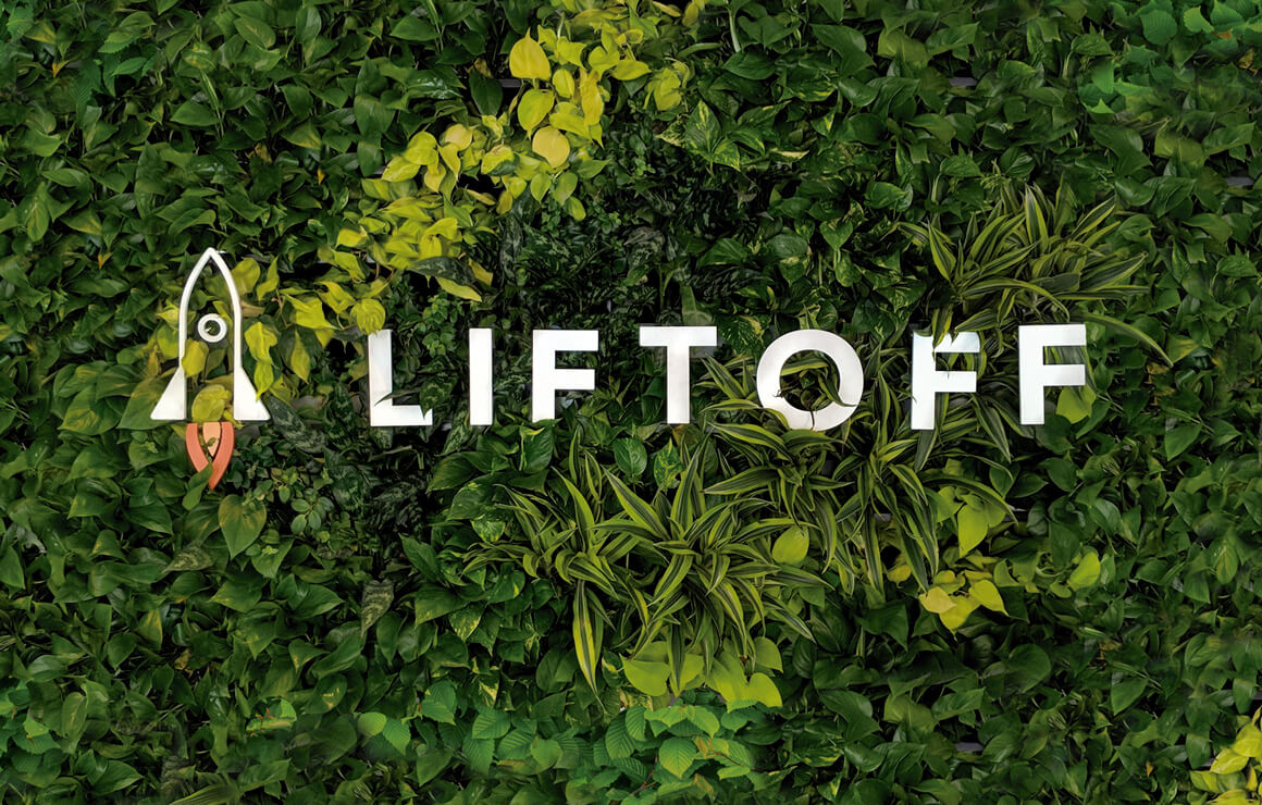 jardín vertical con un corporeo con el logotipo de Liftoff