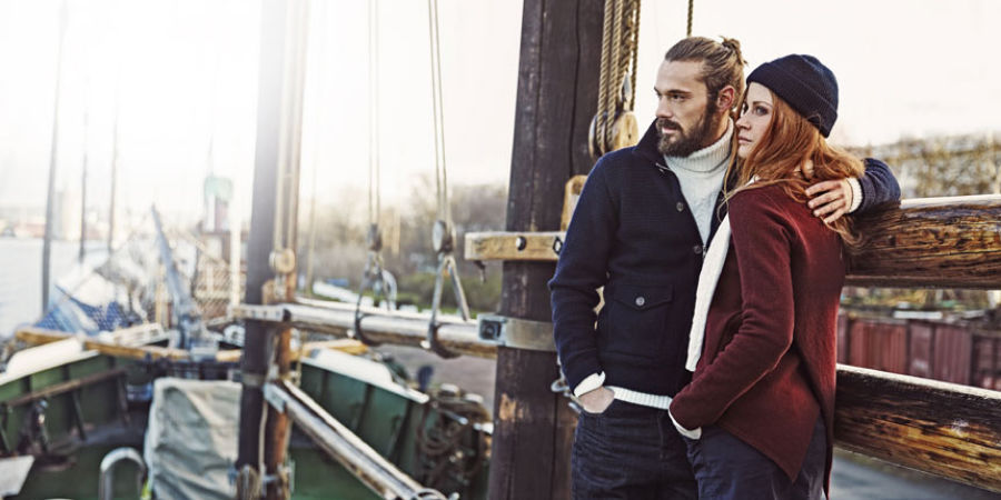 Två personer klädda i holebrook kläder på en båt.