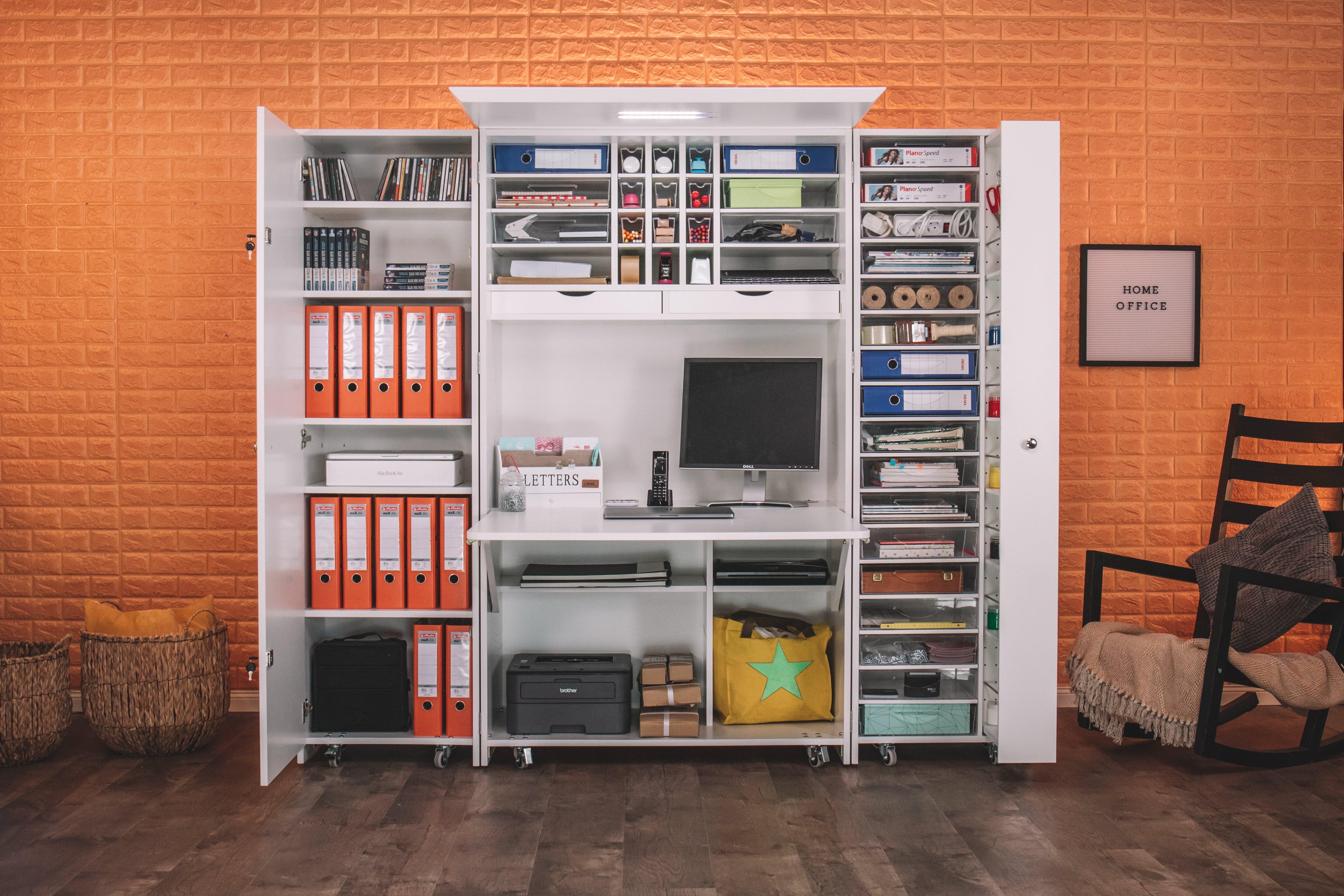 Dein perfektes Home Office, welches seinen Namen wirklich verdient. Unsere BrandBox Office bietet dir für deinen Job unendlich viel Platz für Ordner, Druckerpapier, deine Stifte und alle Büromaterialien, die sonst immer keinen richtigen Platz finden. Im Tischbereich der CenterBox kannst bis zu 34 Zoll ultrawide Monitore unterbringen und unter dem Tisch kannst du deinen Drucker und Büromaschinen verstauen. Alle Kabel gelangen durch integrierte Kabelöffnungen in den Regalböden zu der integrierten Stromleiste. Unsere BrandBox Hartplastikkörbe liefern wir natürlich mit. BrandBoxOffice aufklappen - arbeiten - zuklappen - Feierabend.