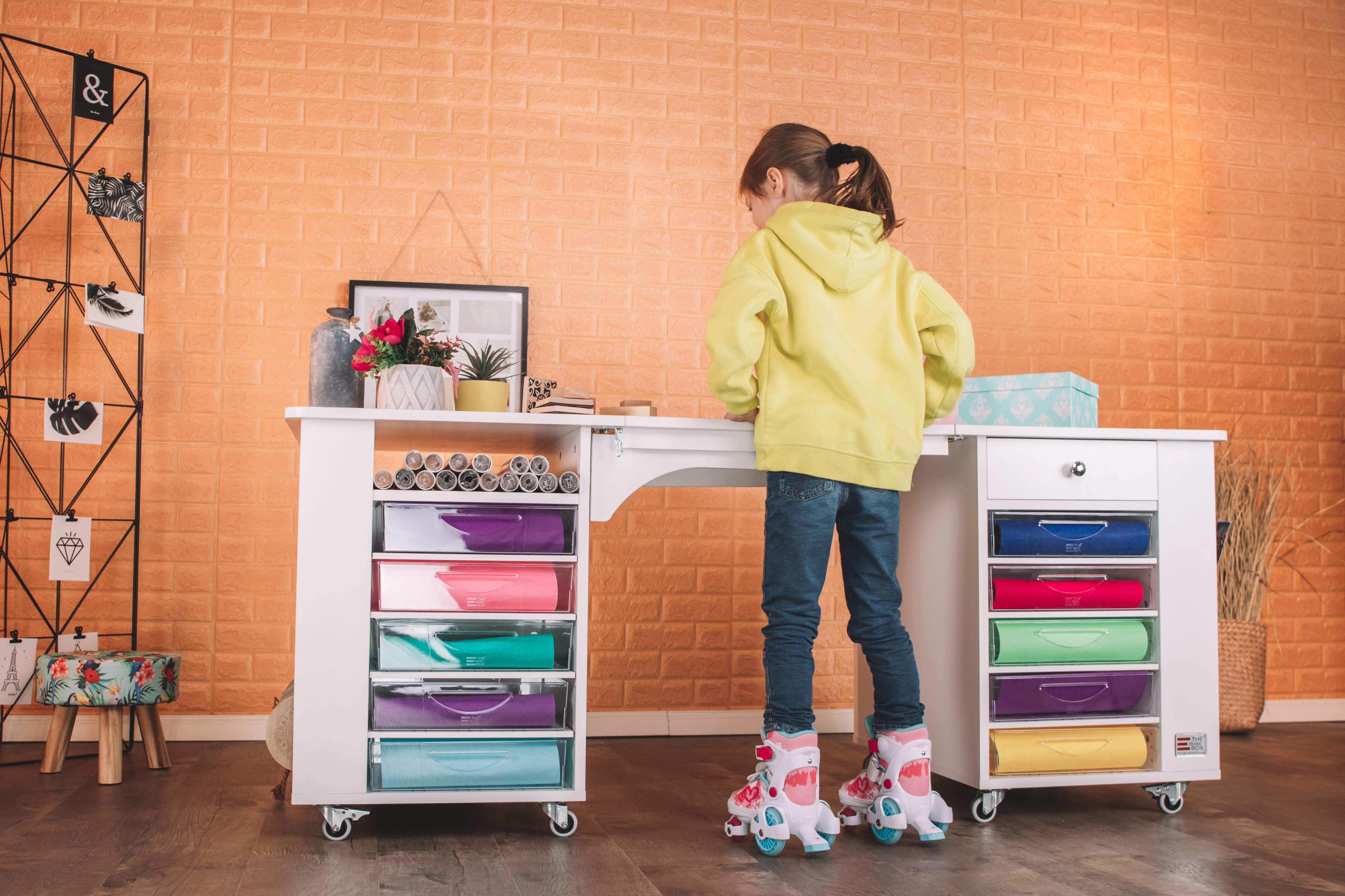 Unser mobiler, abklappbarer BrandBox Desk bietet dir eine flexible Nutzung innerhalb deiner Kreativwelt und eignet sich insbesondere für Räume mit Dachschrägen. 20 große BrandBox Hartplastikkörbe und Wasserfallregale für DINA3 Papier inklusive.