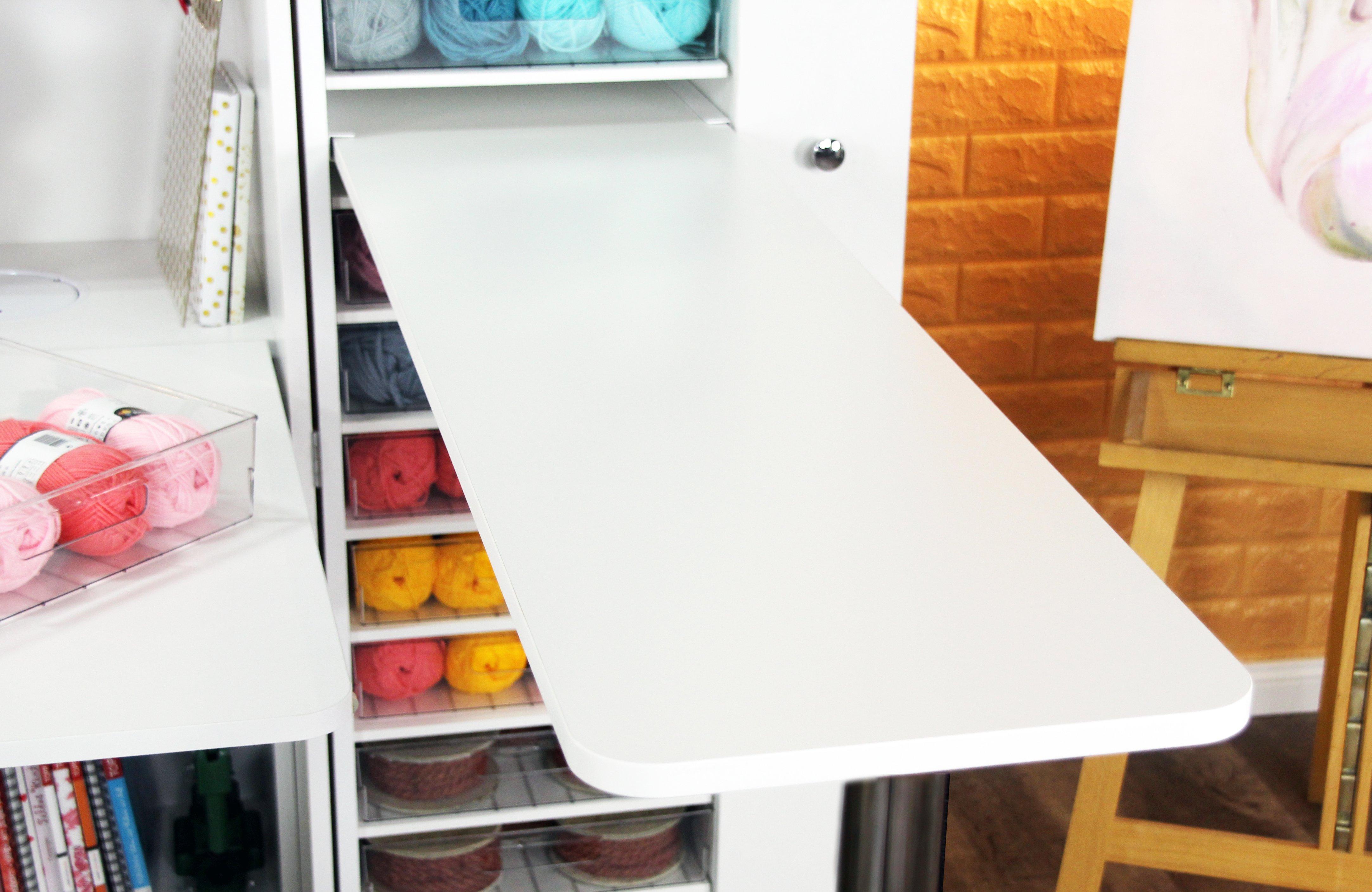 Die BrandBox Seitentische kannst du zusätzlich in die linke oder rechte Box deiner BrandBox Craft, Sew oder Office (nur rechte Box) einbauen. Das Tischbein ist stufenlos höhenverstellbar und mit einem Knopfdruck einklappbar. Zusammengeklappt ganz einfach vor dem hochgeklappten Tisch zu verstauen. Unsere Seitentische sind 136 cm lang, 34 cm breit und in der Höhe zwischen 74cm und 110cm in 5cm-Schritten einstellbar.