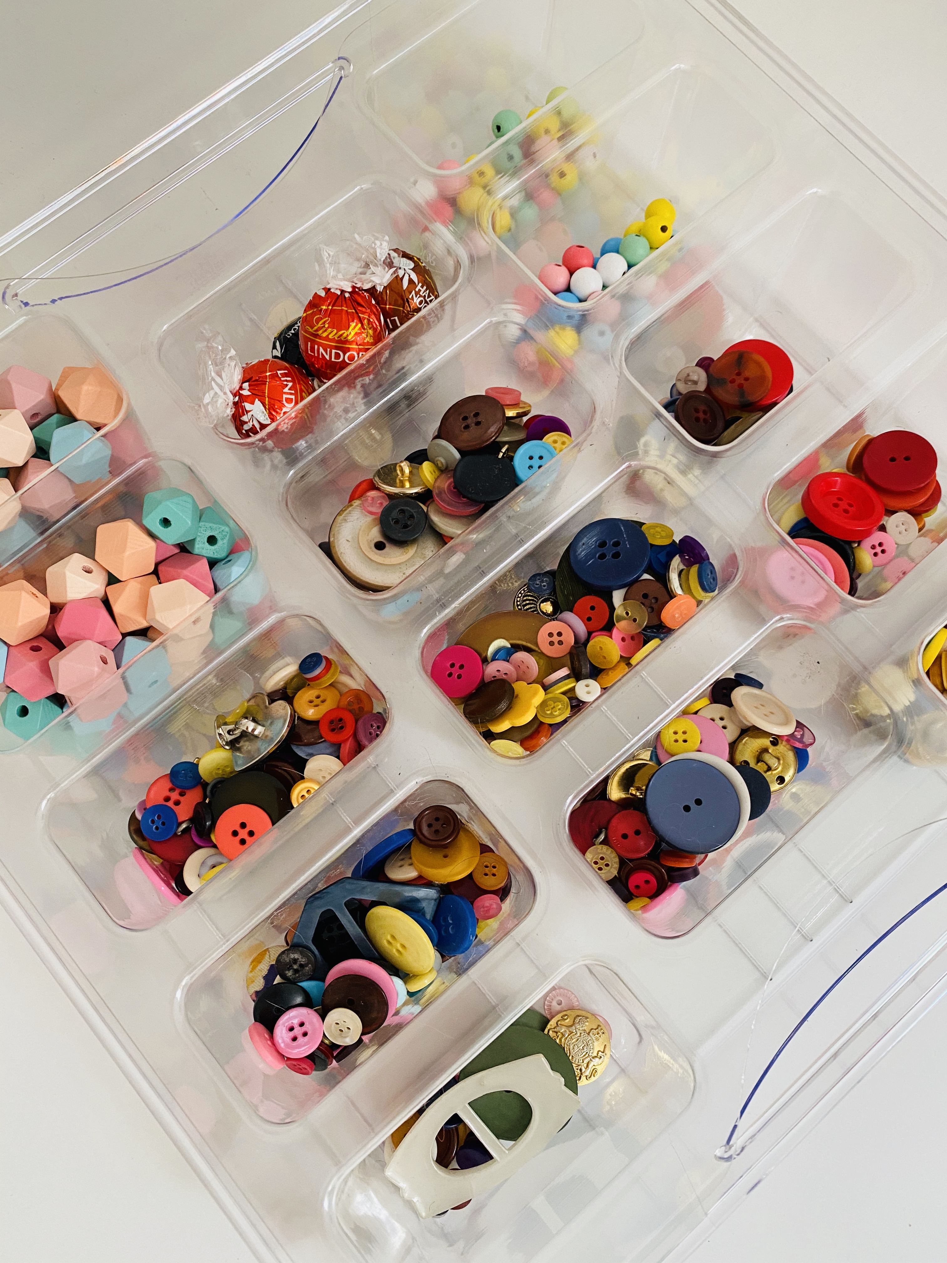 Das BrandBox Korbteiler Set ist ein Zubehör für die Unterteilung unserer großen, durchsichtigen BrandBox Hartplastikkörbe. 14 Unterteilungen bieten dir optimale Sortierung von Knöpfen, Perlen, Bügelperlen, Reißverschlüssen, Ösen, Nieten, Haken, Kärtchen, Patronen, Büroklammern und sämtlichem Kleinteiligen.