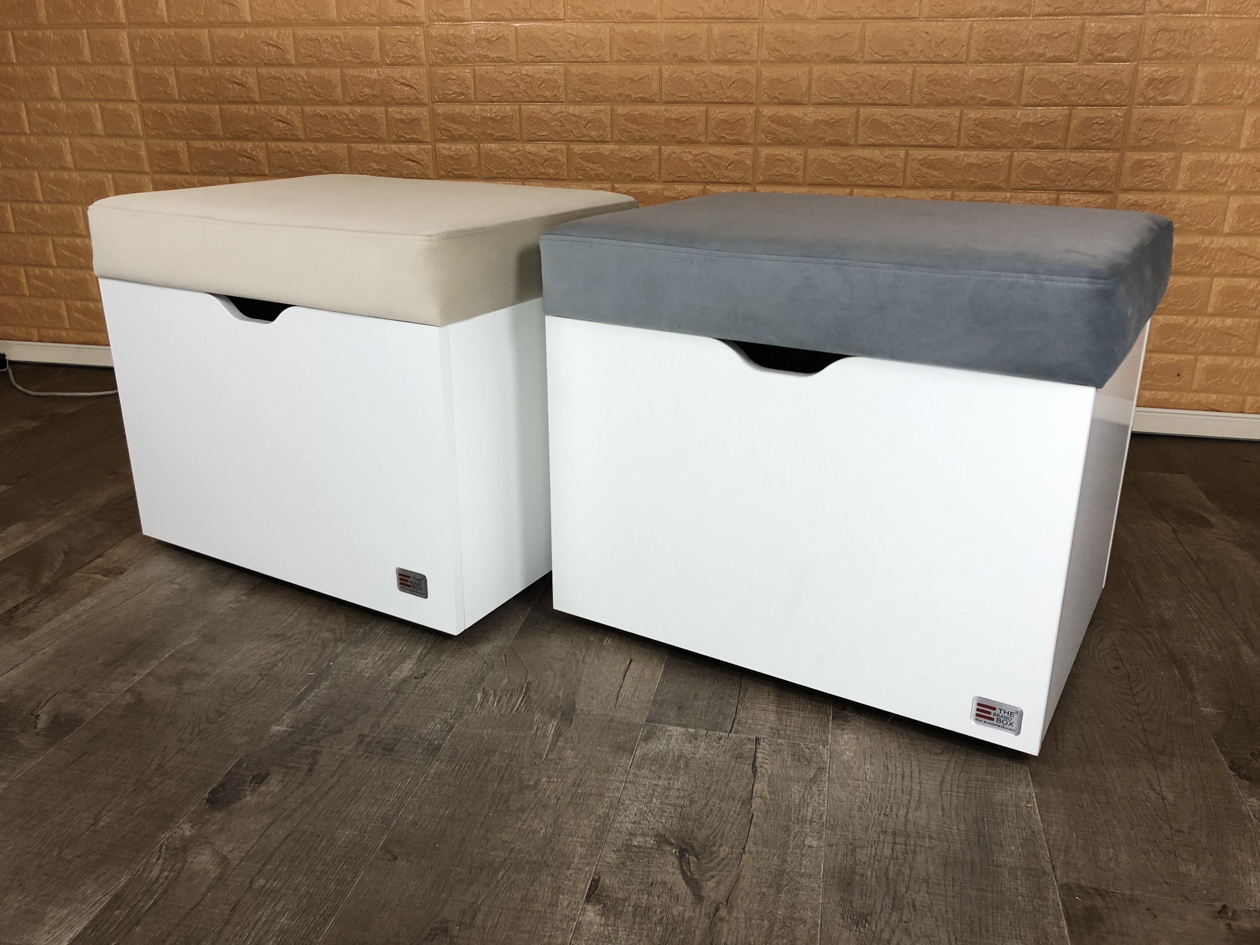 Unsere neue BrandBox SoftBench ist das perfekte Sitzmöbel als Ergänzung für deine BrandBox Möbel oder auch als kleines Stauraumwunder fürs Kinderzimmer! Der Sitzbezug ist aus edlen, zeitlosen Veloursstoffen in 5 Farbvarianten handgefertigt - und das Sitzkissen nicht zu hart und nicht zu weich. Das garantiert eine optimale Sitzposition während deiner Bastel-, Nähprojekte oder Büroarbeiten. Im Inneren der BrandBox SoftBench kannst du deine Nähmaschine, Overlock, Coverlock, andere Maschinen, Wolle, Stoffe oder Spielzeug verstauen. Die BrandBox SoftBench ist mit 4 Rollen ausgestattet und somit ein flexibler Begleiter in deinem zu Hause. Die Sitzhöhe beträgt 51 cm. Du kannst das Polster in Delfingrau, Sandfarben, Pink, Petrol oder Leder (Imitat) wählen. Der Innendeckel ist übrigens mit einer weißen Metallplatte ausgekleidet und kann somit als Magenttafel für Erinnerungen oder Notizen genutzt werden. Wir versuchen wirklich jeden Winkel unserer Möbel optimal zu gestalten. Die SoftBench kann außerdem in unseren bekannten Holzdekoren bestellt werden.🧡