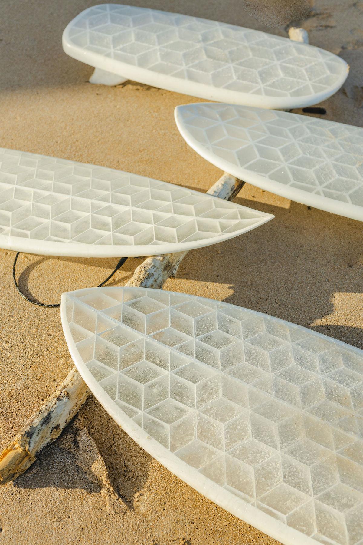 On vous invite à repousser les limites de la technique en direct d'un atelier d'éco-conception pour révolutionner le surf. En direct d'une micro-usine, venez découvrir comment des ingénieurs passionnés sont parvenus à réutiliser des bio-plastiques, du carton et de la fibre de verre pour réaliser des planches interstellaires.