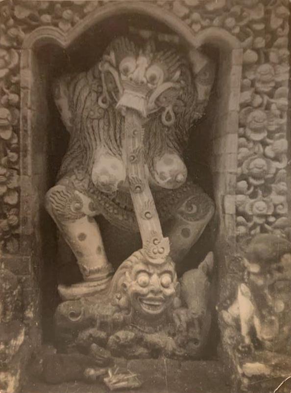 Arthur Fleischmann, Rangda in a Temple Complex, gelatin silver print, 21 x 16 cm.