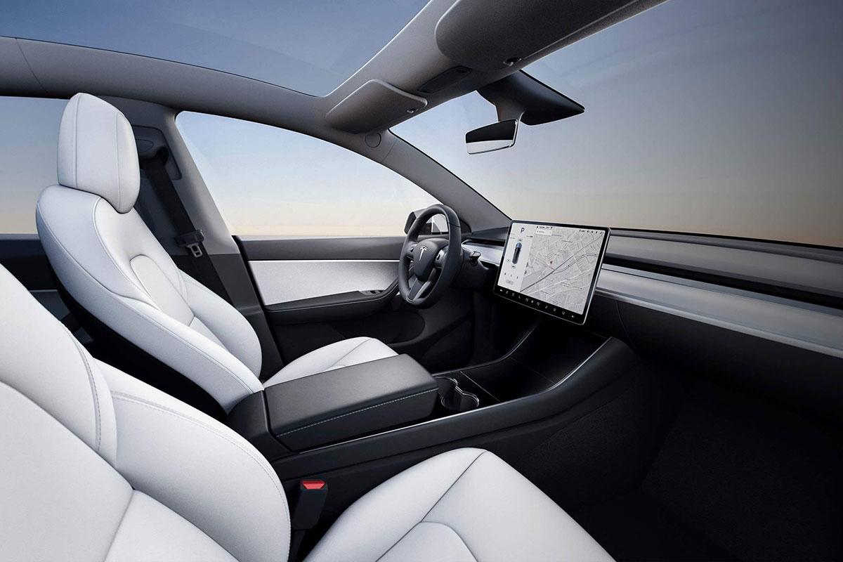 Tesla Touch Display zählt als Handy und führt zum Fahrverbot