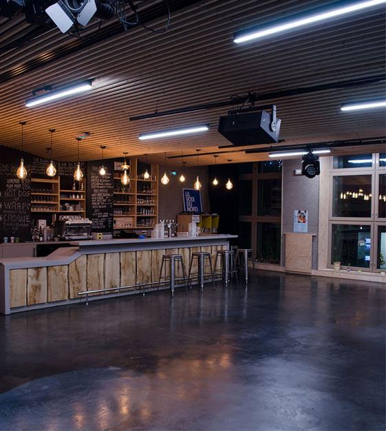 plafond insonorisé en lame de bois et bar en bois le grand mix tourcoing