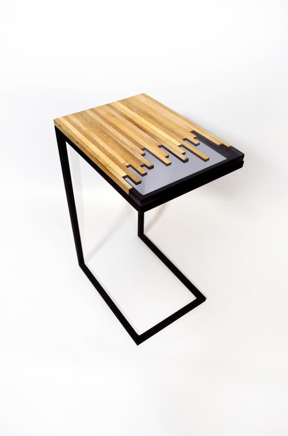 bout de canapé mélange d'essences de bois et résine epoxy transparente design