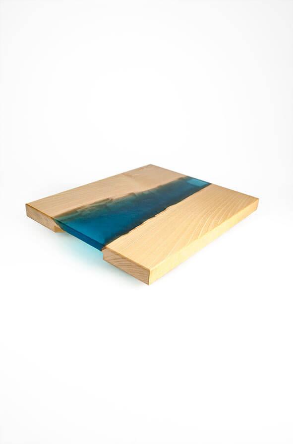 plateau de présentation en bois de hêtre et résine époxy bleu turquoise design