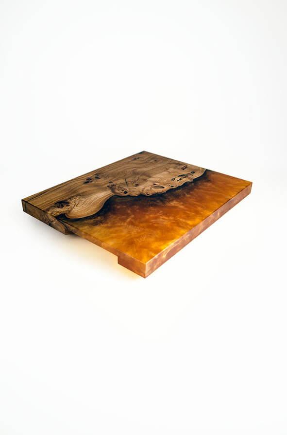 plateau de présentation en loupe d'orme et résine époxy orangée design