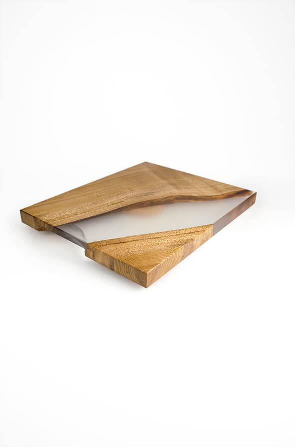 plateau de présentation en loupe d'orme et résine époxy transparente design