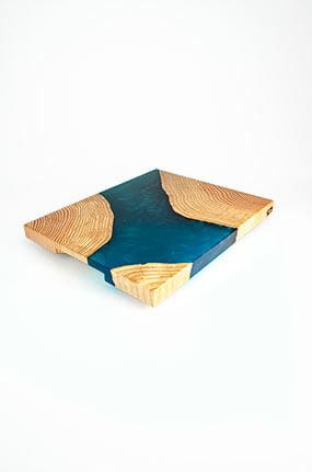 plateau de présentation en bois de douglas et résine époxy vert turquoise design