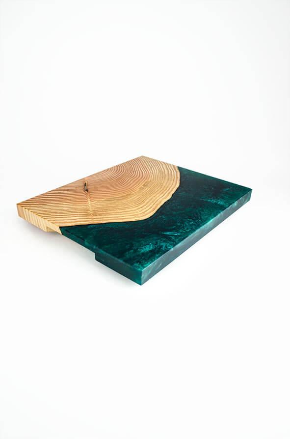 plateau de présentation en bois de douglas et résine époxy vert émeraude design