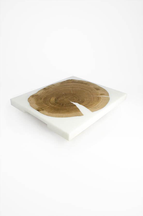 plateau de présentation en bois de chêne et résine époxy blanche design