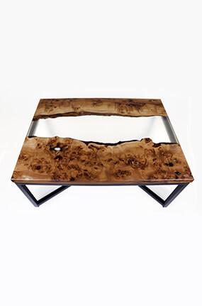 table basse en loupe d'orme et résine époxy translucide design