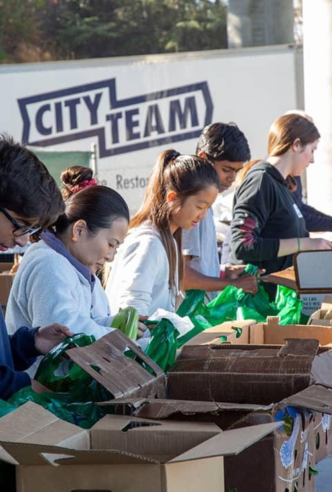 Volunteers at CityTeam popup-pantry