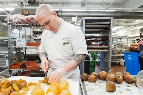 Executive chef Oscar volunteers for Project Open Hand