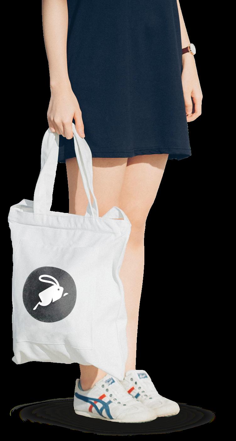 joven mujer comprando con app takeit